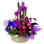 çikolata ve sepette çiçek   Yozgat çiçek gönderme sitemiz güvenlidir