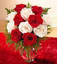 Yozgat uluslararası çiçek gönderme  5 adet kirmizi 5 adet beyaz gül cam vazoda