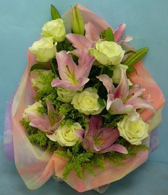 11 adet gül ve 2 adet kazablanka buketi  Yozgat internetten çiçek satışı