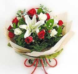 güller ve kazablanklardan görsel bir buket  Yozgat internetten çiçek satışı