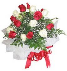 Yozgat çiçek , çiçekçi , çiçekçilik  12 adet kirmizi ve beyaz güller buket
