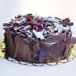 pasta yolla 4 ile 6 kisilik visneli çikolatali yas pasta  Yozgat çiçek siparişi sitesi