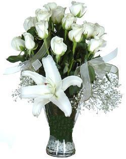 cam içerisinde 11 beyaz gül ve 1 kazablanka  Yozgat çiçek siparişi sitesi