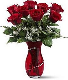 Vazo içinde 8 adet kirmizilar içinde güller  Yozgat internetten çiçek siparişi