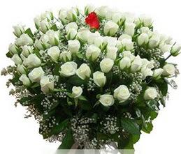 Yozgat internetten çiçek satışı  100 adet beyaz 1 adet kirmizi gül buketi