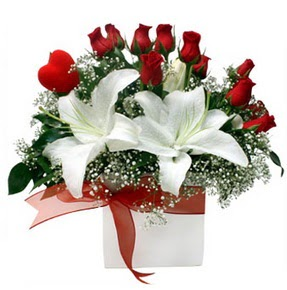 Yozgat çiçekçi mağazası  1 dal kazablanka 11 adet kırmızı gül vazosu