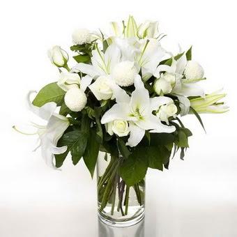 Yozgat çiçek gönderme sitemiz güvenlidir  1 dal cazablanca 7 adet beyaz gül vazosu