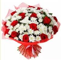 11 adet kırmızı gül ve beyaz kır çiçeği  Yozgat internetten çiçek satışı