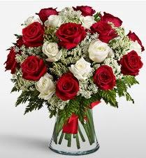 Vazoda 12 kırmızı 12 beyaz gül tanzimi  Yozgat uluslararası çiçek gönderme