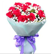 12 adet kırmızı gül ve beyaz kır çiçekleri  Yozgat çiçekçi mağazası