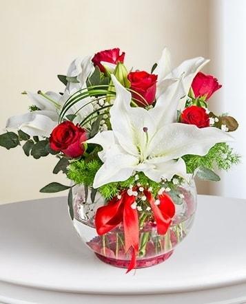 Fanus Vazoda 2 Lilyum ve 5 Gül Dansı  Yozgat çiçek gönderme